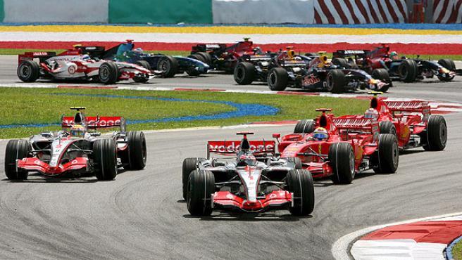 Alonso y Hamilton le ganan la partida a los Ferrari en la salida de Sepang (EFE).