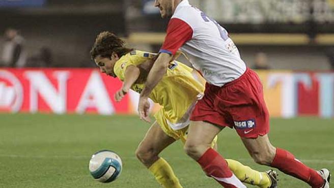 Pablo (d) intenta cortar el avance del delantero del Villarreal, Marcos, del Villarreal. (Efe)