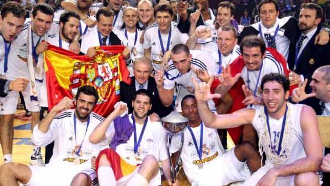 Los jugadores del Real Madrid posan con el trofeo de campeones de la copa ULEB. (Efe)