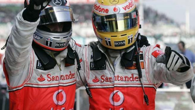 Alonso y Hamilton se abrazan, nada más acabar la carrera en Sepang (Reuters).