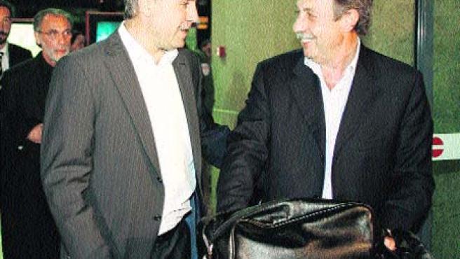 Félix Carnero (dcha.) conversa con Hristo Stoichkov en el aeropuerto de Peinador.(Salvador Sas / EFE)