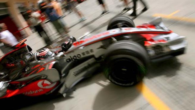El piloto español del equipo McLaren Mercedes de Fórmula Uno, Fernando Alonso, a bordo de su monoplaza en Bahrein (Efe).