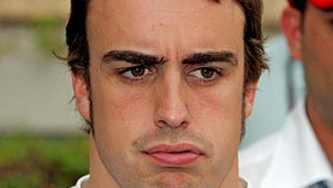 Fernando Alonso, en el parque del circuito de Sakhir, Bahreim (EFE).