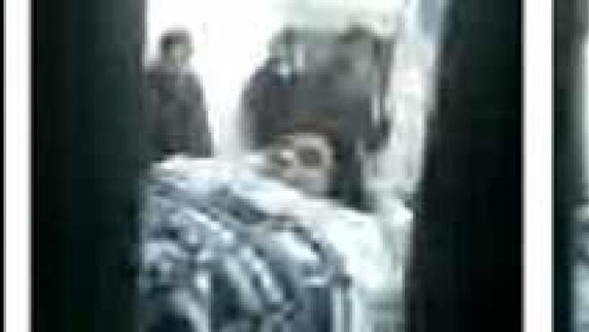 El ex futbolista argentino Diego Armando Maradona es trasladado en camilla del hospital zonal de Ezeiza al Sanatorio de los Arcos.