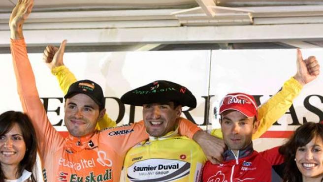 El podio final de la Vuelta al País Vasco: Juanjo Cobo (centro), Angel Vicioso (derecha) y Samuel Sánchez (izquierda).