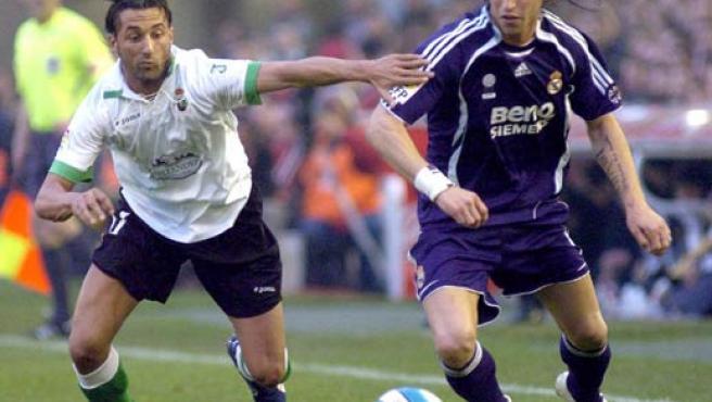 El delantero del Racing de Santander Oscar Serrano (i), pelea un balón con el defensa Sergio Ramos, del Real Madrid (Efe).