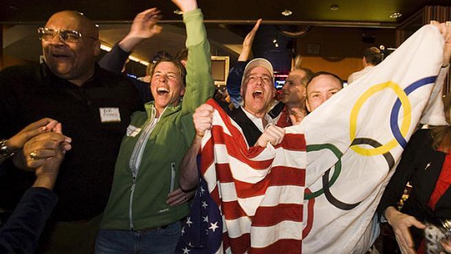 Ciudadanos de Chicago celebran la designación de su ciudad como candidata para celebrar los Juegos Olímpicos de verano 2016 (EFE).