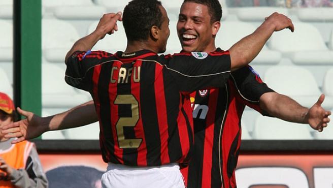 Ronaldo y Cafu celebran el gol del delantero en el 3-1 endosado por el Milan al Messina (Francesco Pecoraro / AP Photo)