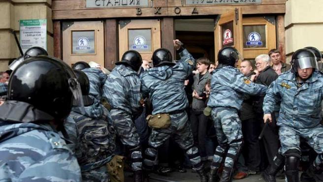 Policías rusos antidisturbios detienen a un manifestante (Anatoly Maltsev / EFE)