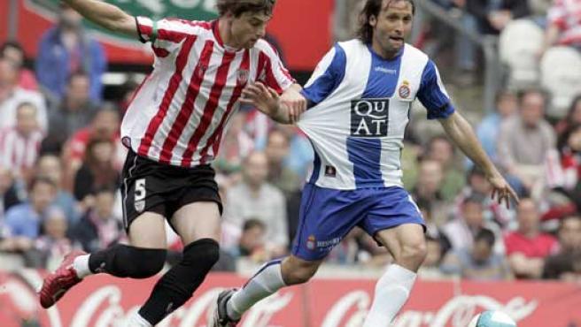 Garmendia, del Athletic, lucha un balón con Rufete, del Espanyol.(Efe)
