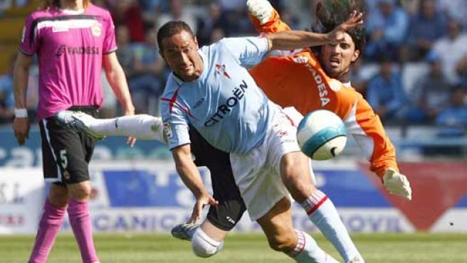 El delantero brasileño del Celta de Vigo, Fernando Baiano, pugna por un balón con el portero del Deportivo Aouate. (Efe)