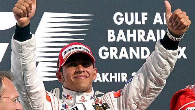 Lewis Hamilton sonríe en el podio. (Efe)