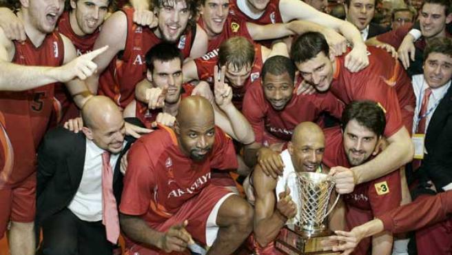 Los jugadores del Akasvayu Girona posan con la Copa FIBA de baloncesto. (Efe)