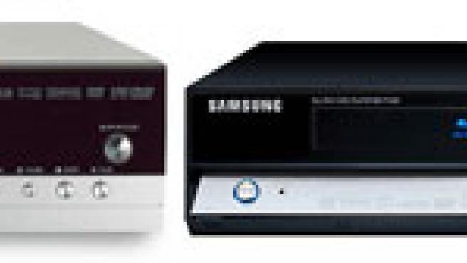 Un reproductor de HD DVD (i) y un reeproductor de Blu-ray (d).