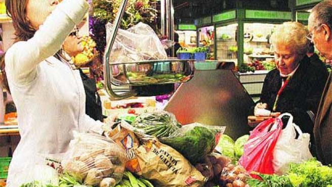 Un puesto de venta de verduras en el Mercado Central. (Francisco González)