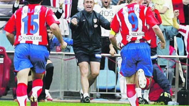 Jurado (izq.) y Torres celebran con entusiasmo el gol de la victoria rojiblanca, ayer.(Víctor Lerena / EFE)