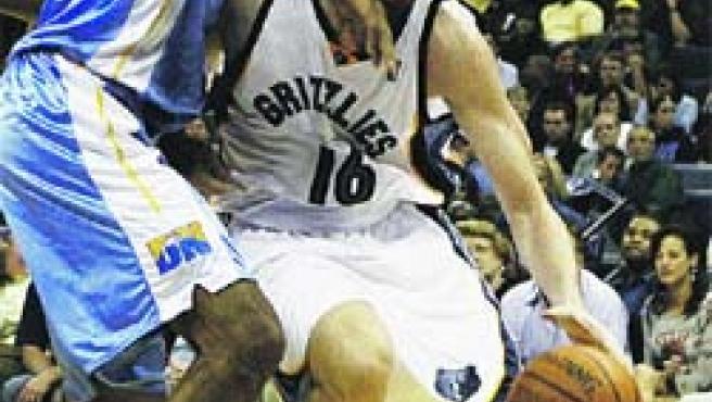 Gasol controla el balón ante Camby, de los Nuggets.(EFE)