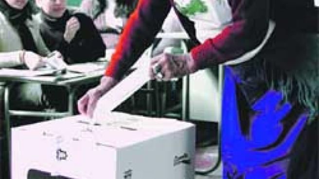 Votaron ayer en referéndum. (Guillermo Granja /Reuters).