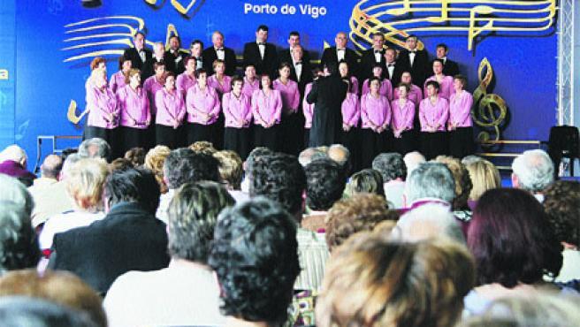 Las cinco corales participantes interpretaron habaneras y también canciones con temática gallega. (Laura González)