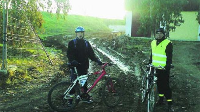 La única entrada al campus en bicicleta es ahora un camino natural que se embarra cuando llueve (Archivo).