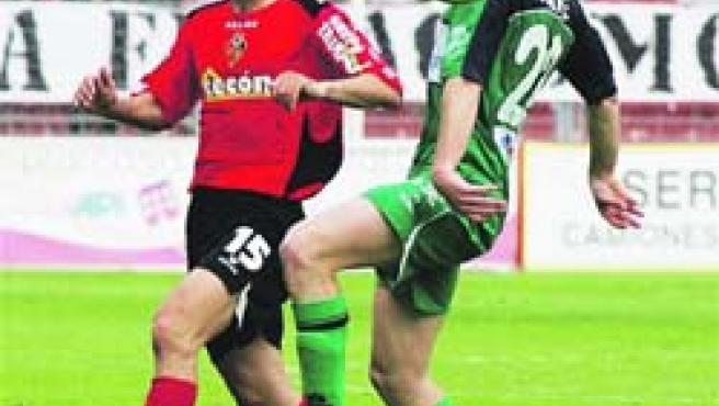 Ayoce lucha por un balón en el encuentro de ayer ante el Almería.(Fran Manzanera)