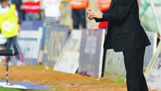El nuevo entrenador del Celta, Hristo Stoichkov, da instrucciones a sus jugadores. (Manuel Corujo / EFE)