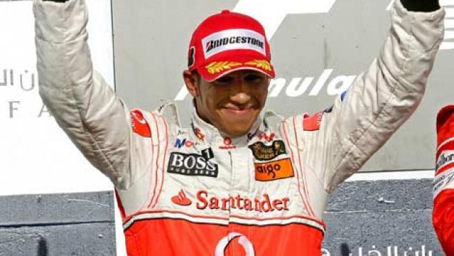 Lewis Hamilton saluda a los aficionados en el podio de Bahrein.