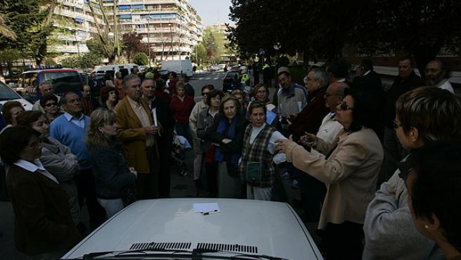 Cerca de 150 vecinos se han concentrado esta mañana en Españoleto 3, en Móstoles (JORGE PARÍS)