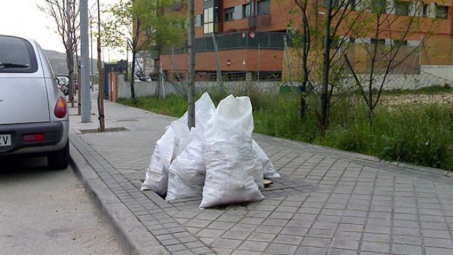 El lector Jesús Vicente Rodríguez denuncia la falta de respeto por la limpieza de la calle en su barrio.