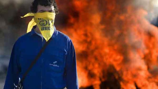 Los trabajadores de la factoría de Delphi en Puerto Real (Cádiz) cortaron varios puntos para protestar por el cierre de la planta.