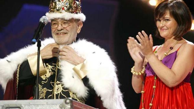 El autor teatra Fernando Arrabal recibió de manos de la ministra de Cultura, Carmen Calvo, el Premio de Honor de la X edición de los premios Max. (Chema Moya / EFE).