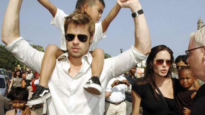 Brad Pitt y Angelina Jolie, con dos de sus hijos adoptados. (ARCHIVO)