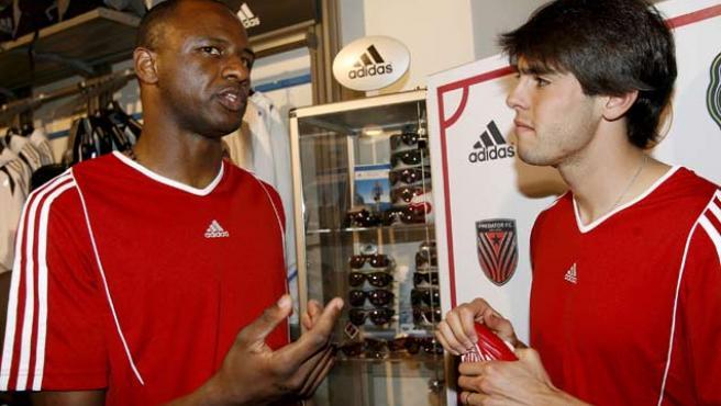 Kaká, a la izquierda, conversa con Patrick Viera durante un acto promocional en Milán.