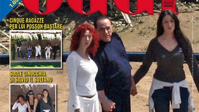 Silvio Berlusconi ha posado rodeado de cinco jóvenes en su mansión de Cerdeña.