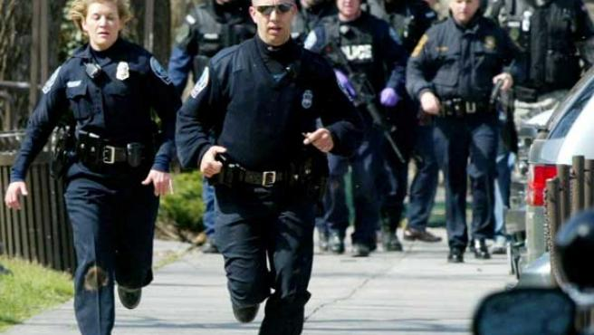 Agentes de la policía de Blacksburg ayer durante su intervención en la Virginia Tech AP Photo/The Roanoke Times