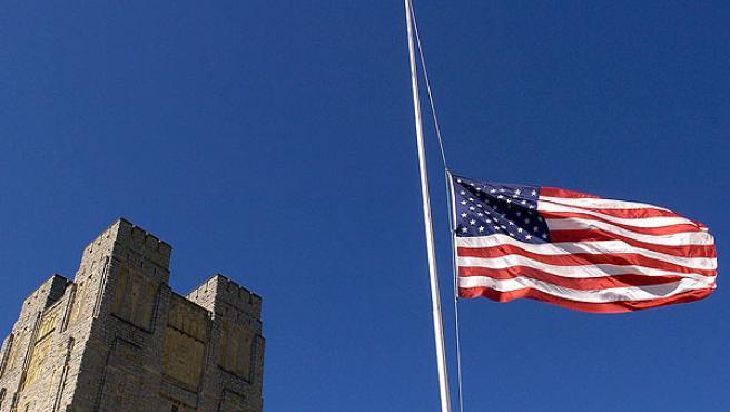 Bandera de EEUU a media asta en la Universidad de Virginia