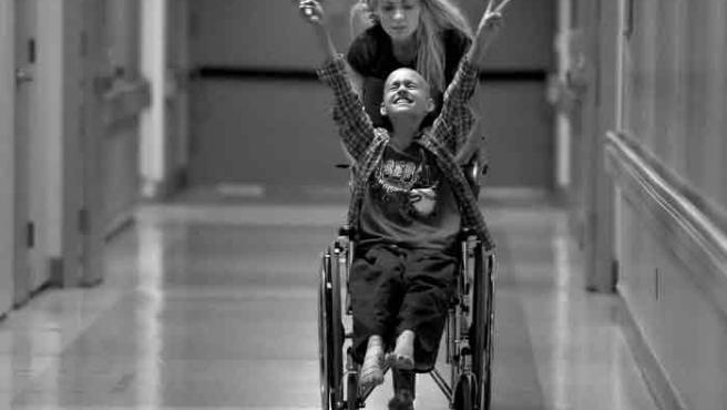 Una de las imágenes ganadoras, en la que puede verse a Cyndie French y a su hijo Derek, en silla de ruedas y aún así lleno de júbilo, en el corredor de un hospital.