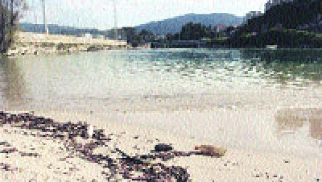 La desembocadura del río Lagares, situada a 300 metros de la playa de Samil, continúa siendo objeto de críticas. (M. Vila)