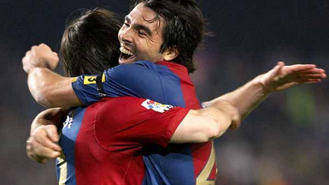 Deco se funde en un abrazo con Messi. (Efe)