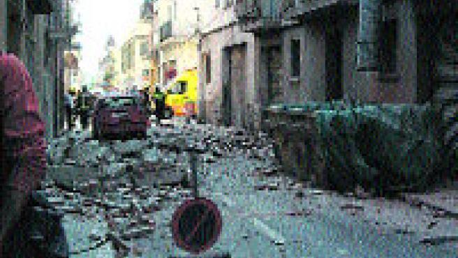 Restos del balcón desprendido en Figueres, ayer. (Yolanda Falcon / ACN)