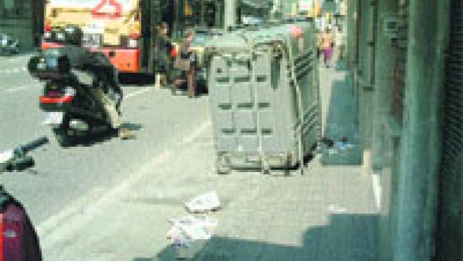 Un contenidor bolcat a la vorera del carrer Balmes, dimarts al matí, per culpa del bus. (Carlos Arbiol)