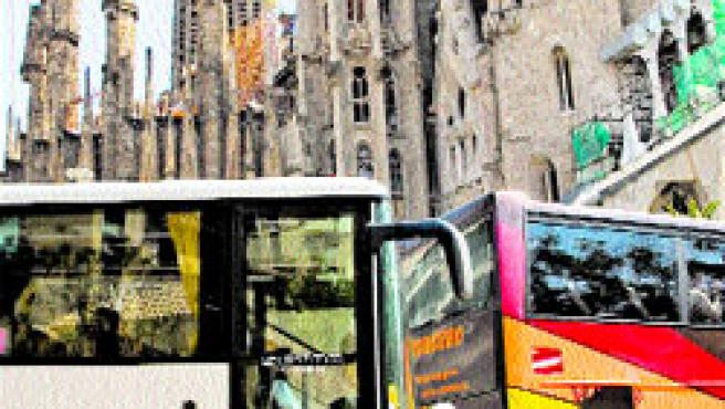 Cua d'autocars ahir davant la Sagrada Família. (Eros Albarrán)