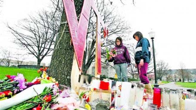 Muchas personas se acercaron hasta este centro universitario para mostrar su dolor. (Reuters).