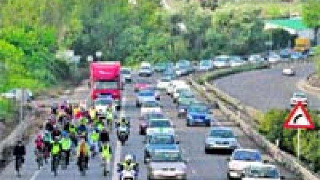 Varios ciclistas protagonizaron una marcha en bicicleta para exigir el carril-bici (Serrano).
