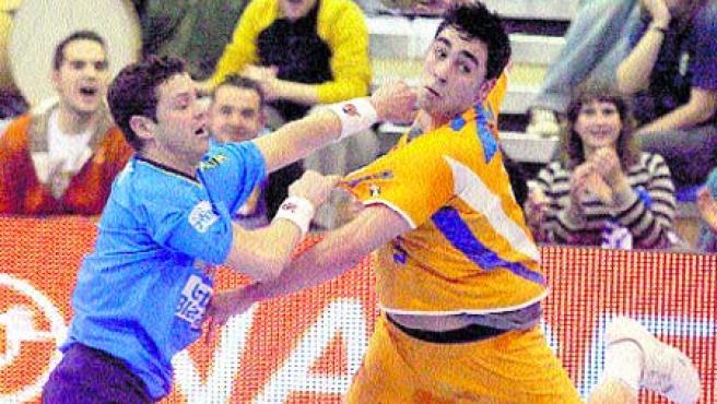 Valero Rivera es agarrado por un contrario en un partido de esta liga. (Archivo)