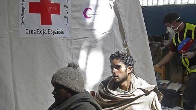Inmigrantes atentidos por la Cruz Roja (EFE Archivo).