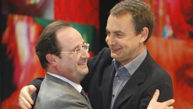 Zapatero saludando al secretario general del Partido Socialista Francés antes de subir a pronunciar su discurso (AP Photo/Remy Gabalda)