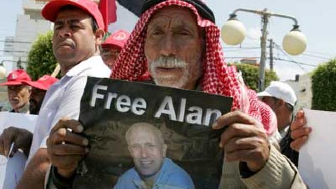 Palestino en Gaza pidiendo la liberación del periodista de la BBC (REUTERS/Ismail Zaydah)