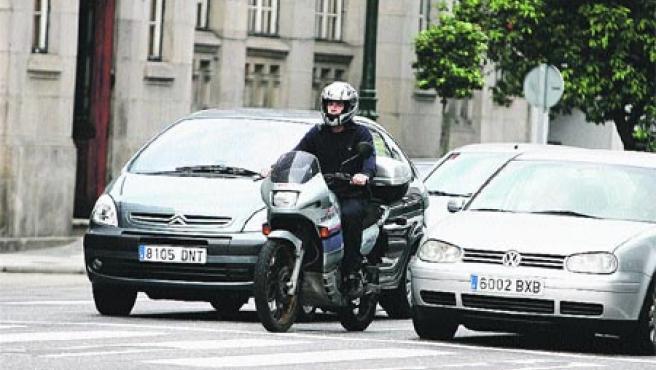 Las motos suelen colarse entre los turismos para adelantar.(M. Vila)