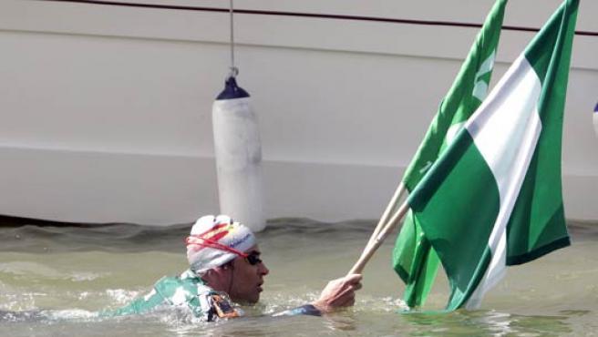 David Meca, campeón del mundo de natación de Larga Distancia, a su llegada al muelle de la Sal en Sevilla tras realizar el ascenso del Guadalquivir (EFE).